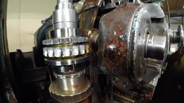 Ozubené kolo se vyrábí v dílně na stroji