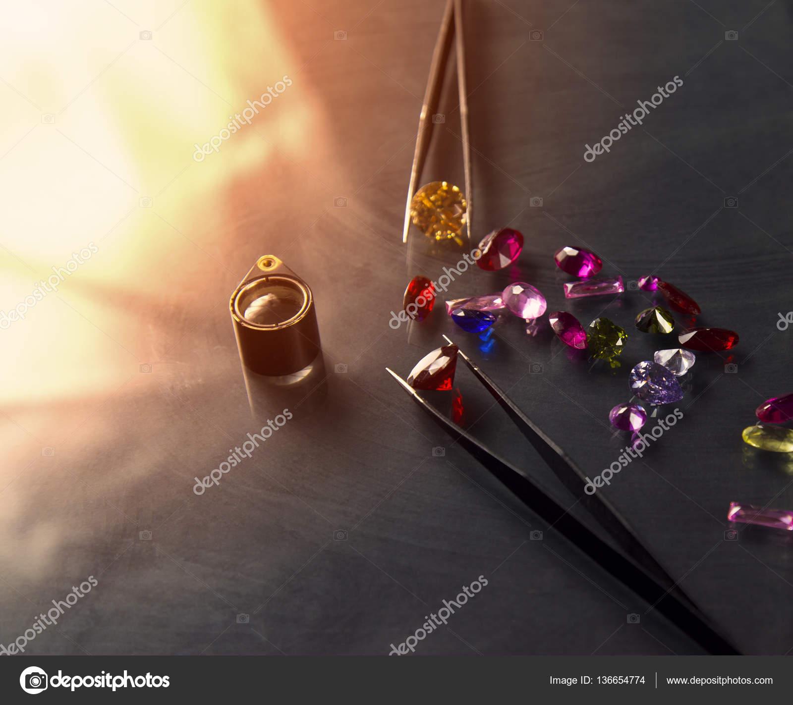 d821095b82c Joias ou pedras preciosas na cor preto brilho