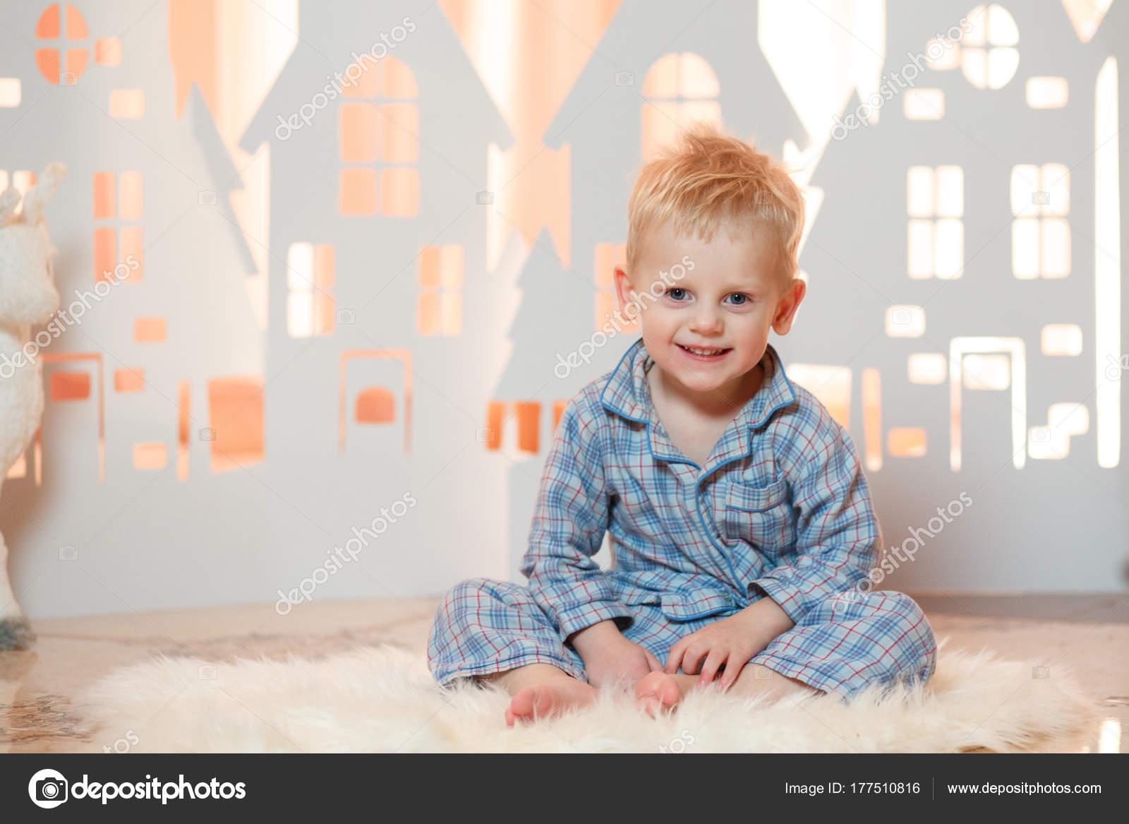 Cute Blonde Haar Befinden Sich Kleine Junge Nachtwäsche Der Nähe ...