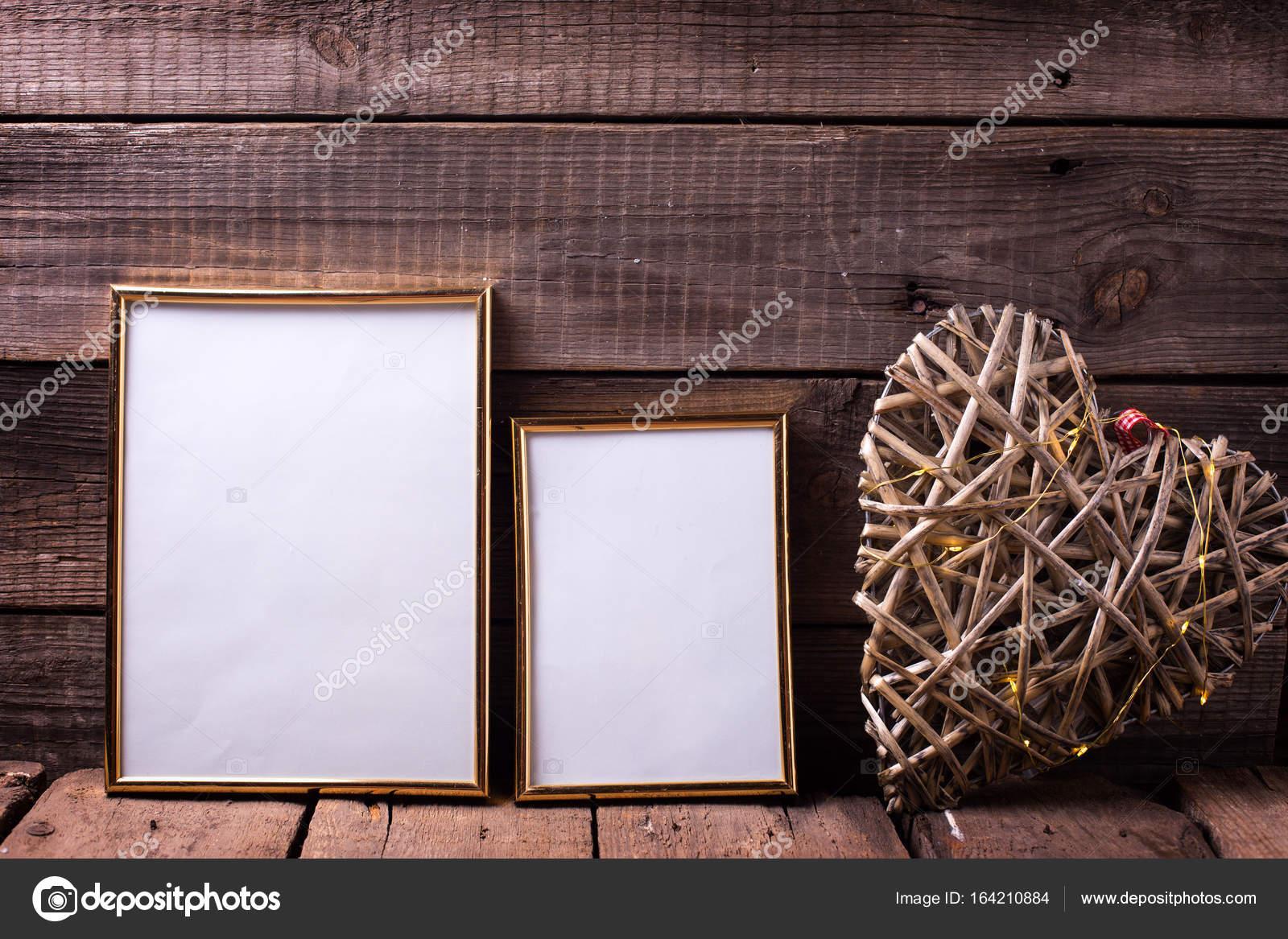 Dos vacías de diferentes tamaños de marcos dorados — Foto de stock ...