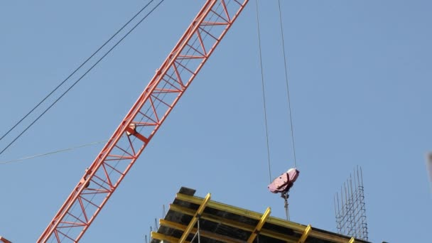 Baukräne bewegen Baumaterialien und arbeiten am Bau mehrstöckiger Wohnhäuser