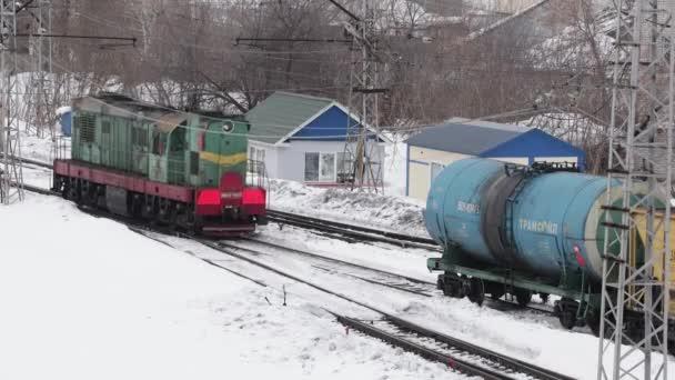 Ufa, Rusko, 16. února 2020: Stará sovětská dieselová lokomotiva na železničním nádraží manévruje mezi kolejemi