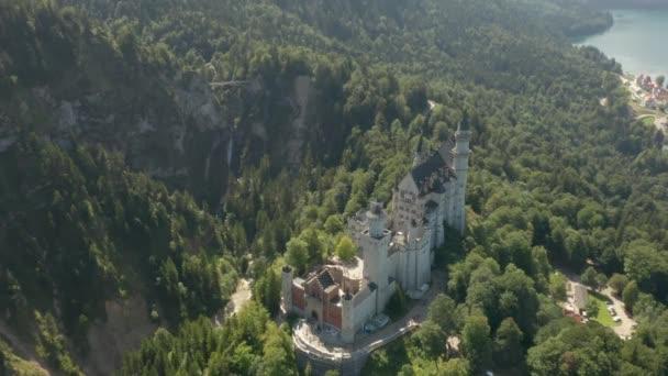 Blick auf Schloss Neuschwanstein und die felsigen Alpen im Hintergrund, Bayern, Deutschland