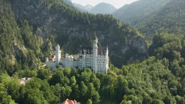 Blick auf Schloss Neuschwanstein und die felsigen Alpen im Hintergrund, Bayern, Deutschland.