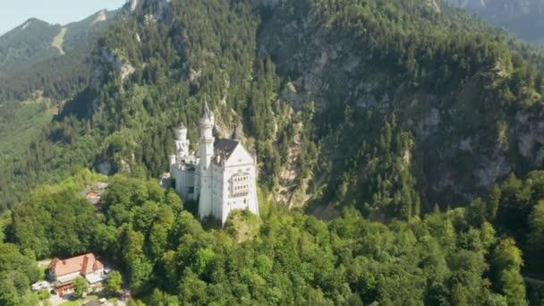 Rundflug um Schloss Neuschwanstein bei grüner Landschaft, Bayern, Deutschland