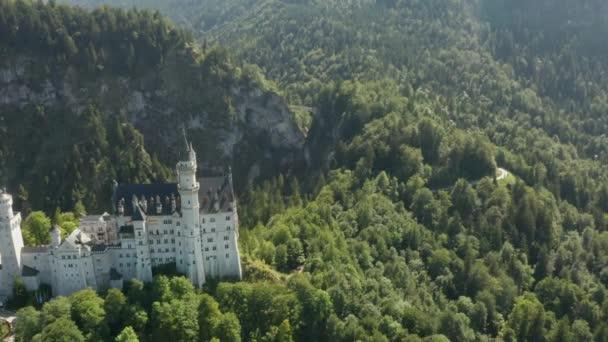 Flug über Schloss Neuschwanstein vor dem Hintergrund der bayerischen Alpen, Bayern, Deutschland