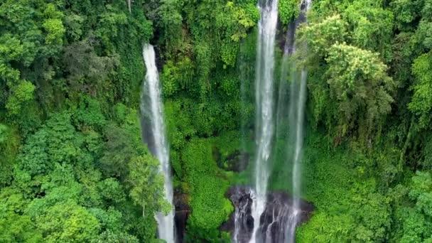 Vodopád Sekumpul, ostrov Bali, Indonésie. Přírodní tropická krajina v letním období. Vysoký vodopád a lesní hory a kaňon. Cestování - video