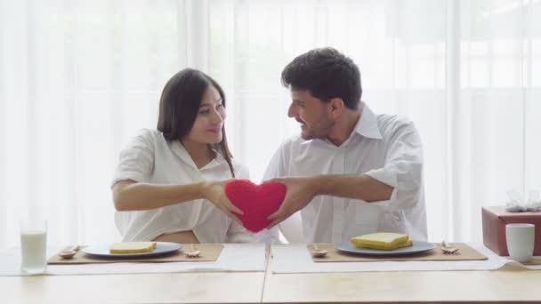 pár szerelmesek piros szív alakú