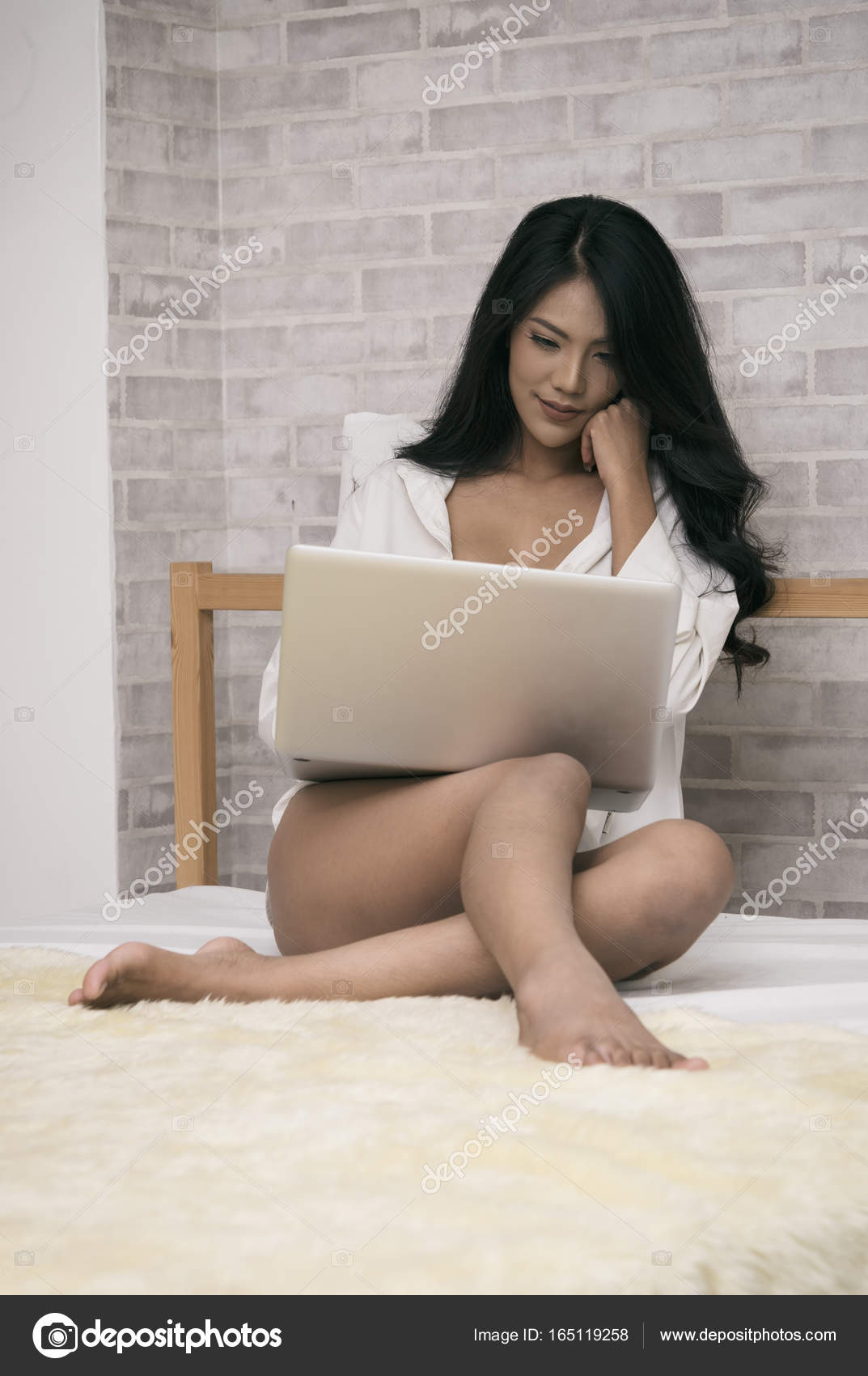 "Expresa tu momento "" in situ "" con una imagen - Página 20 Depositphotos_165119258-stock-photo-sexy-woman-with-laptop"