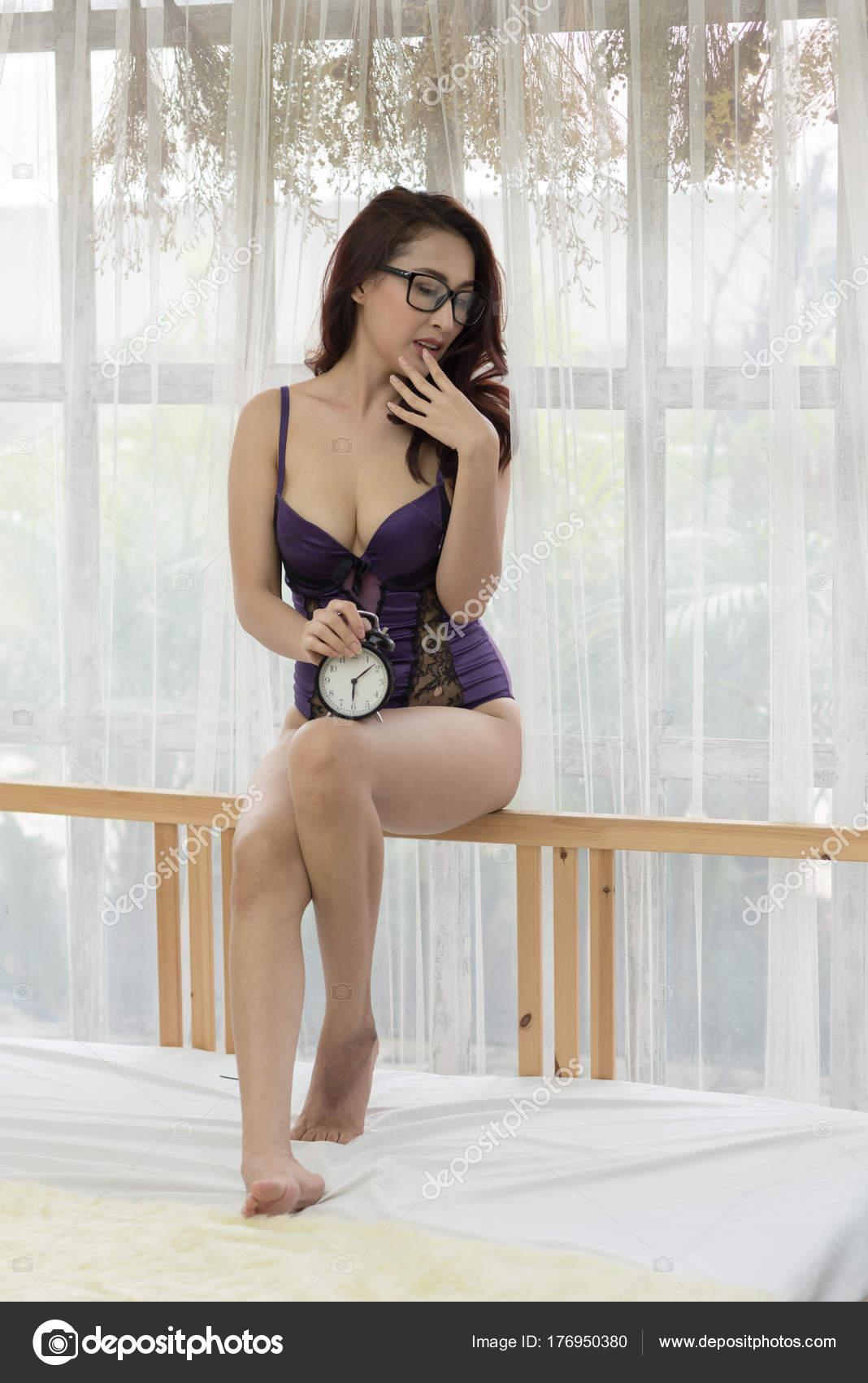 a4fbb2147 Bela mulher sexy asiática com camisola — Fotografias de Stock ...