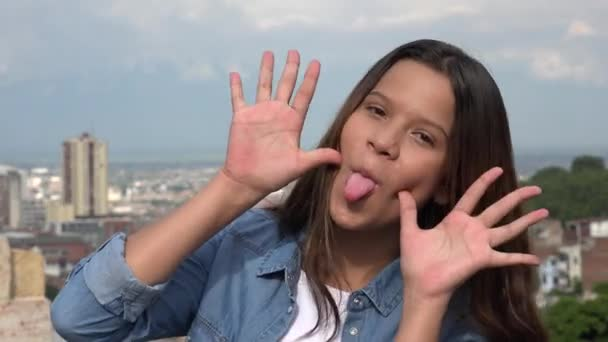 Hloupá dospívající dívka dělat ksichty