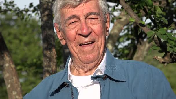 Sorridente e felice vecchio Senior o pensionato