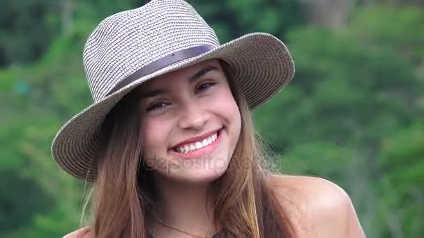 Mosolygós tini lány visel kalapot