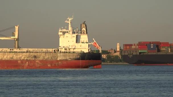 Nákladní loď a dopravné