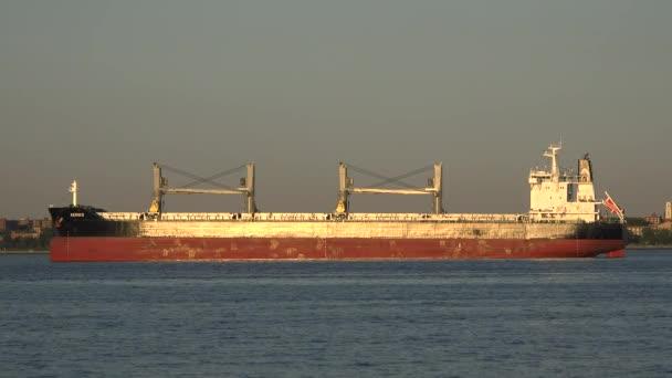 Nákladní doprava nebo nákladní loď