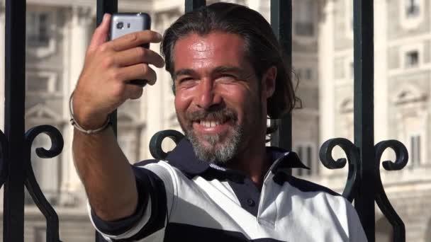 Muž vezme Selfies pomocí telefonu