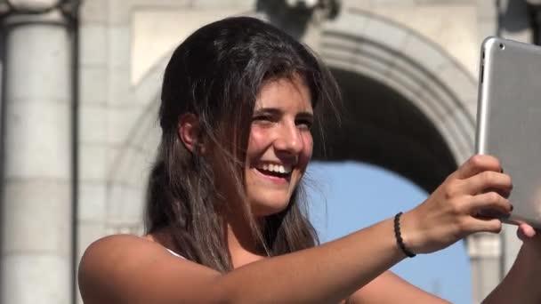 Turista femminile felice registrazione Video con Tablet