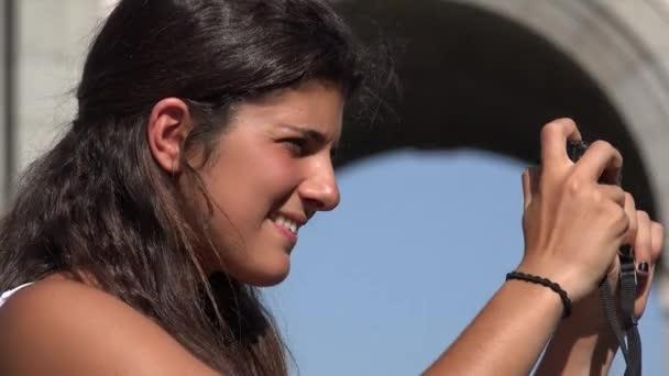 Nő használ digitális fényképezőgép fényképek