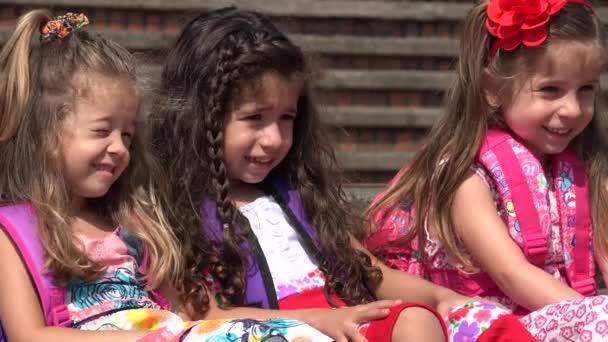 Iskolás gyermekek Aranyos lányok