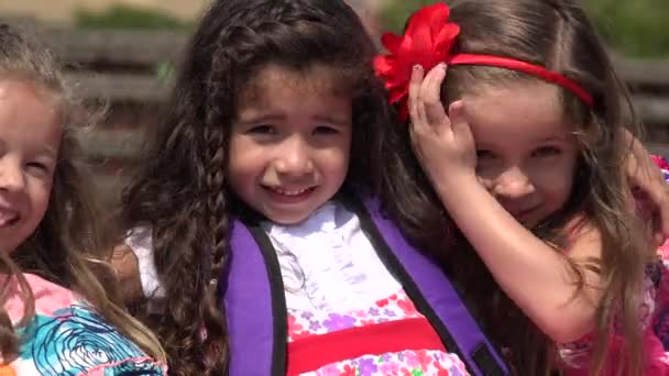 Átölelve a gyermekek és a barátság