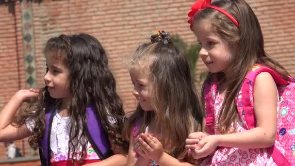 Šťastné děti dívky baví