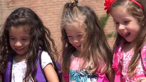 entzückende Kinder Mädchen, die Spaß haben