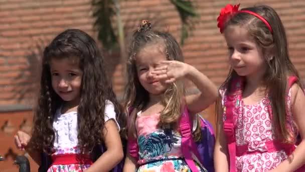 Roztomilé dívky mával školní děti