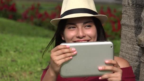 Mädchen Dreharbeiten Video mit Tablet