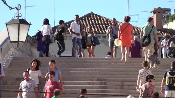Lidí, kteří jdou na schodech
