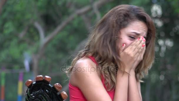 Uplakané hispánský žena pláče