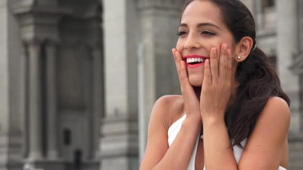Šťastné překvapení mladá žena hispánský