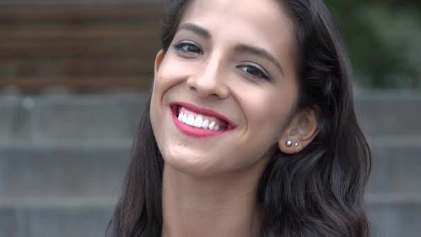 Usměvavá mladá žena hispánský