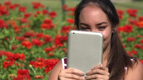 Teenager registrazione Video tramite Tablet