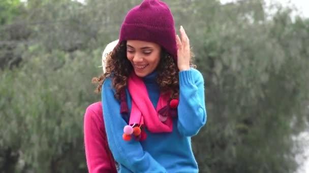 Zábavná Teen dívky nosí svetry studené počasí Photobomb