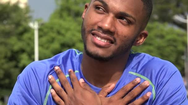 hoffnungsvoller schwarzer männlicher Athlet und Liebe