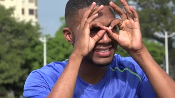 Schwarzen männlichen Athleten suchen und auf der Suche