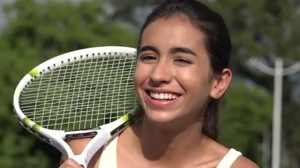 Smějící se dospívající tenistka
