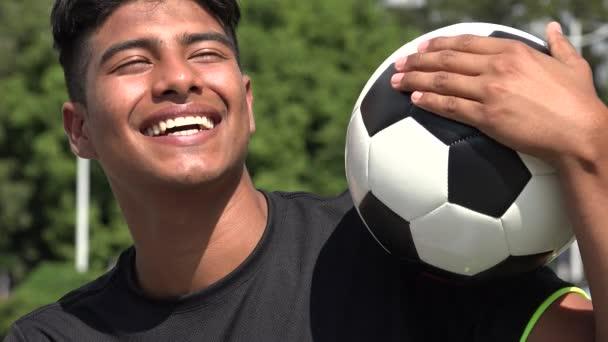lachender athletischer Teenie-Fußballer