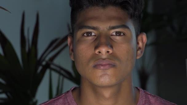 Ernsthafte hispanische männliche Teenager Nacht Dunkelheit