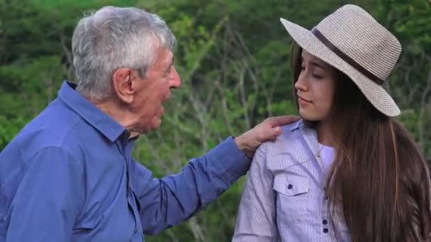 Vyprávění šťastný dědeček mluví s vnučkou