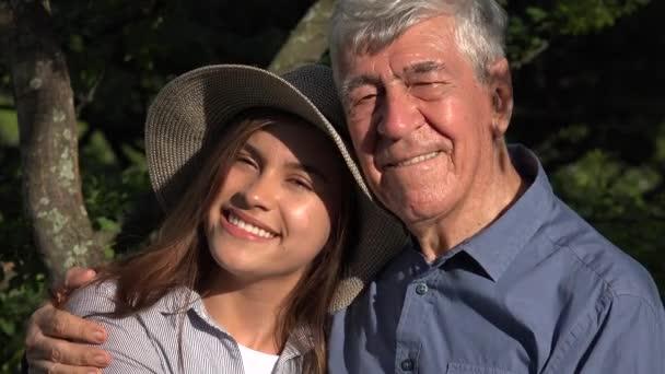 Idős ember és unokája és a boldogság