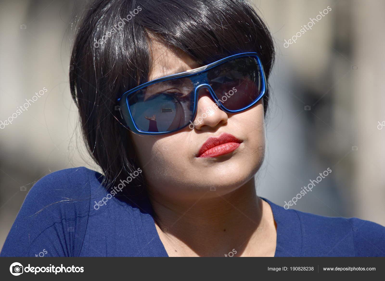 Серйозні жіночий жінка носити сонцезахисні окуляри– стокове зображення c381169d685ac