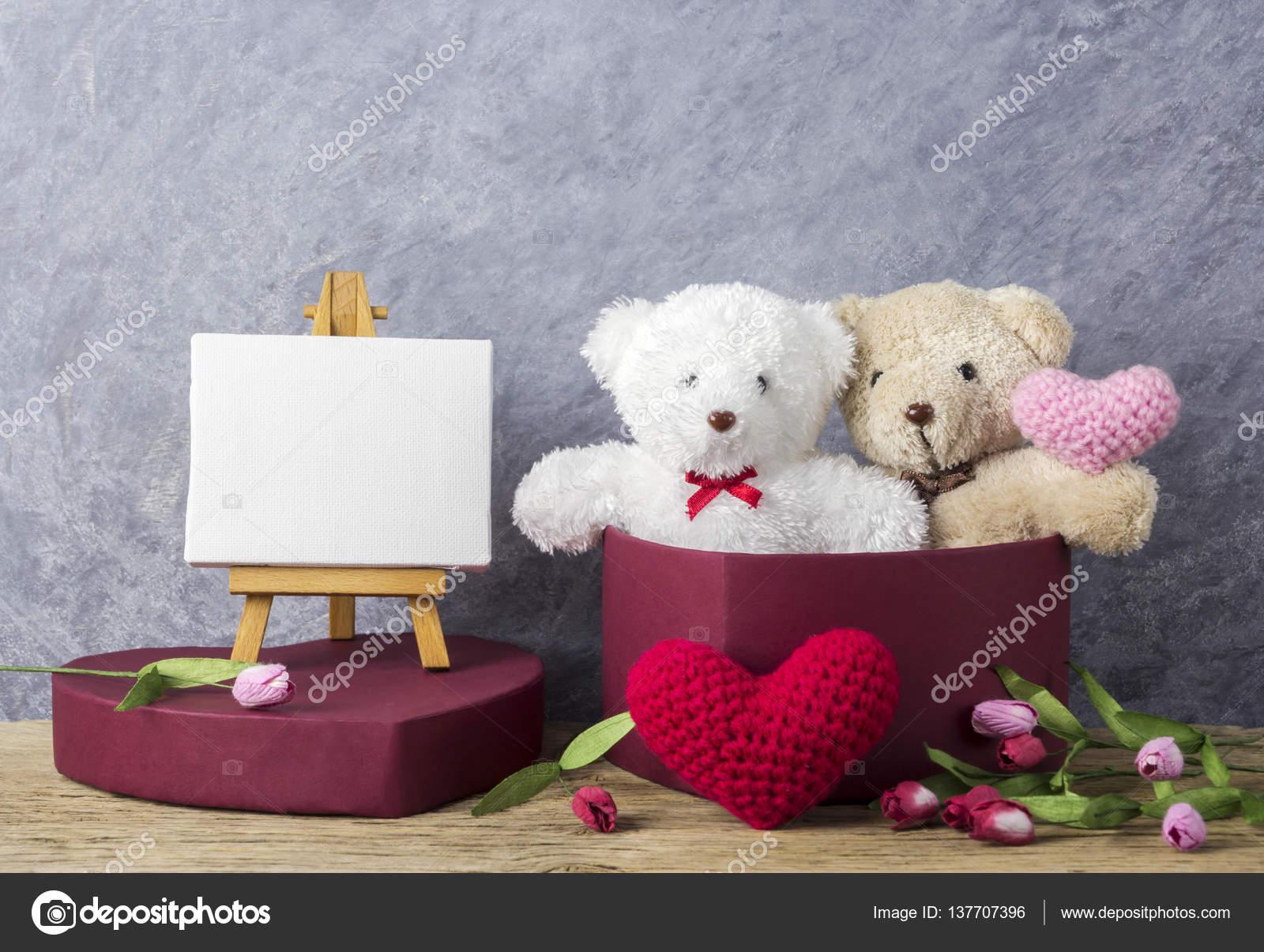 Oyuncak Ayı Kırmızı Kalp Hediye Kutusu Ve Sevgililer Günü Için