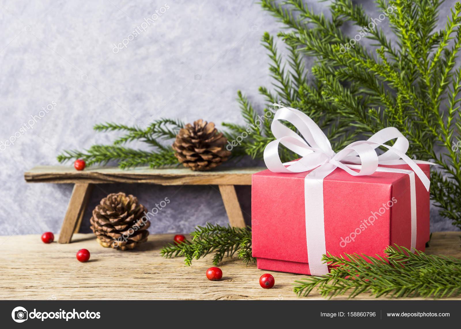 Kerstdecoraties Met Rood : Kerstdecoratie van rode geschenkdoos met wit lint en pine cone op