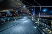 Szingapúr 2018. április 12.: éjszaka panorámás kilátás a Budapest: Marina Bay és a Helix bridge.