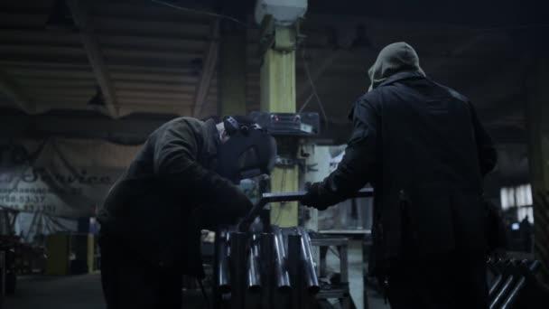 Dnepropetrovsk, Juni 2017. Schweißer in einem Schutzhelm arbeitet an einem Industrieunternehmen