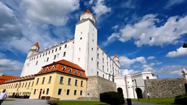 Bratislava, Slovensko - 8. srpna 2019: Časová osa Bratislavského hradu s vlnícími se mraky na tmavě modré obloze za slunečného dne