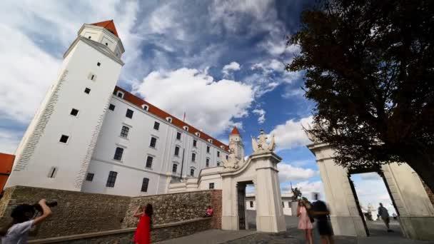 Bratislava, Slovensko - 8. srpna 2019: Širokoúhlý timelapse Bratislavského hradu s vlnícími se mraky na tmavě modré obloze za slunečného dne
