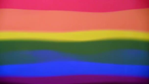 Vlnitý odraz Gay Pride Flag. Abstraktní koncept pozadí