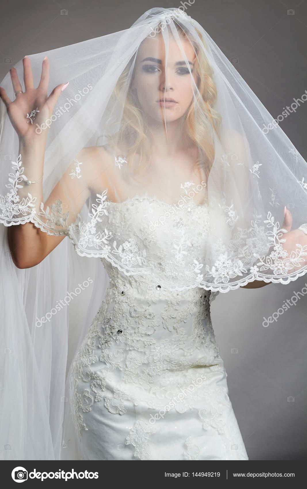 Schöne Braut Frau im Hochzeitskleid und Schleier — Stockfoto ...